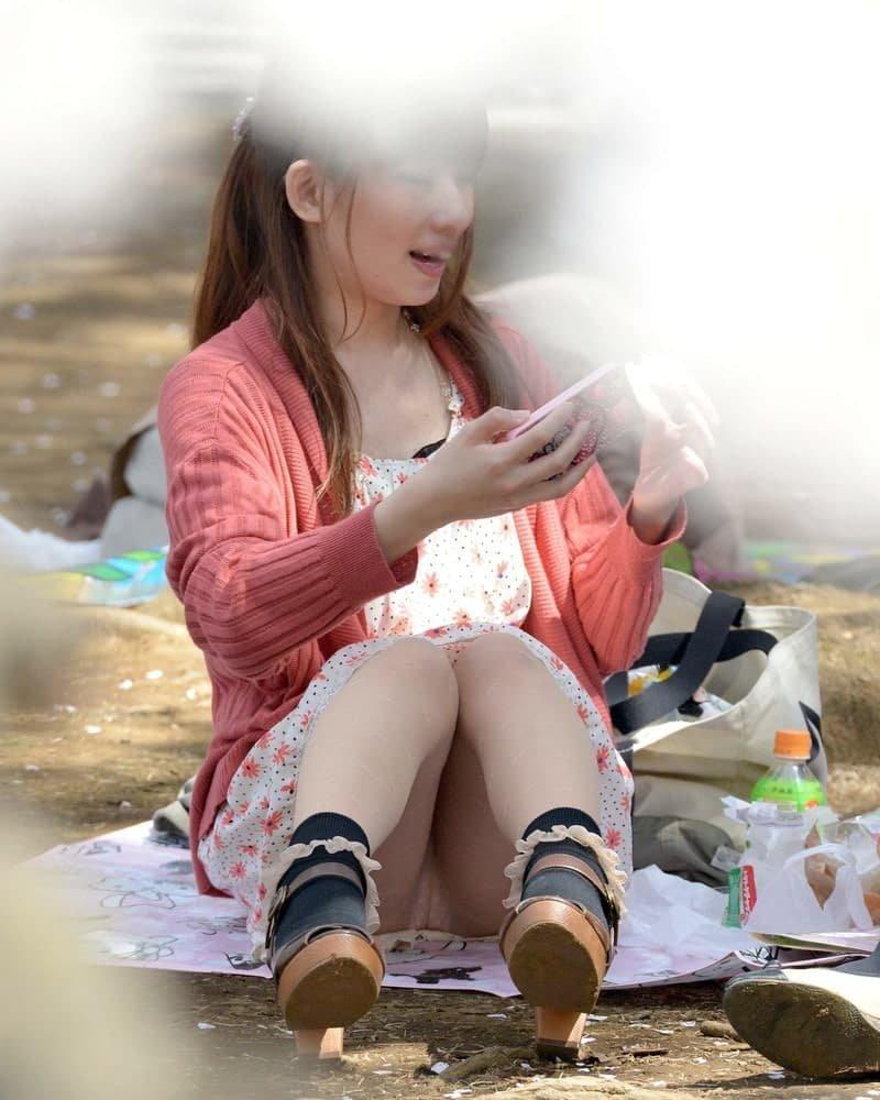 公園でパンチラしまくる素人女子 (10)