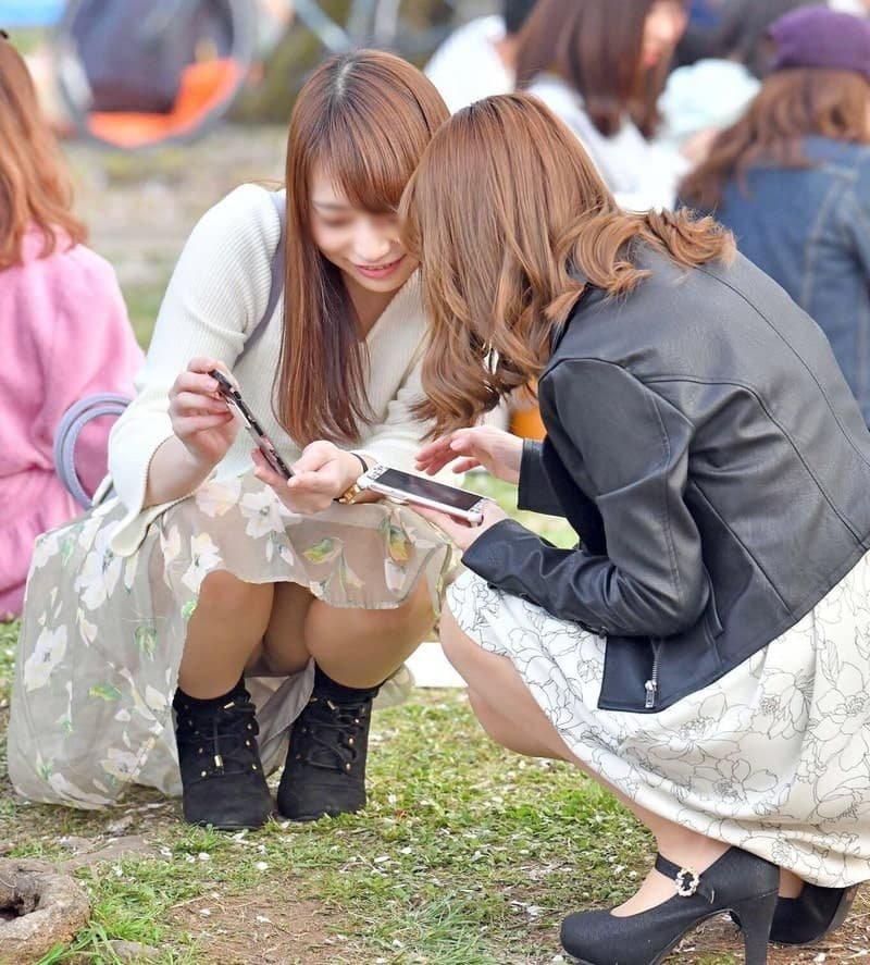 公園でパンチラしまくる素人女子 (15)