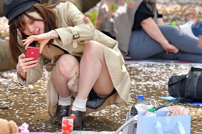 公園でパンチラしまくる素人女子 (16)