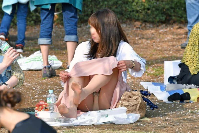 公園でパンチラしまくる素人女子 (6)