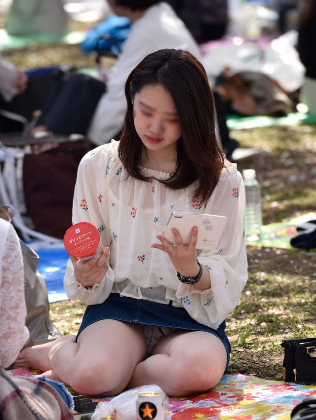 公園でパンチラしまくる素人女子 (19)