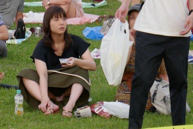 公園でパンチラしまくる素人女子 (11)