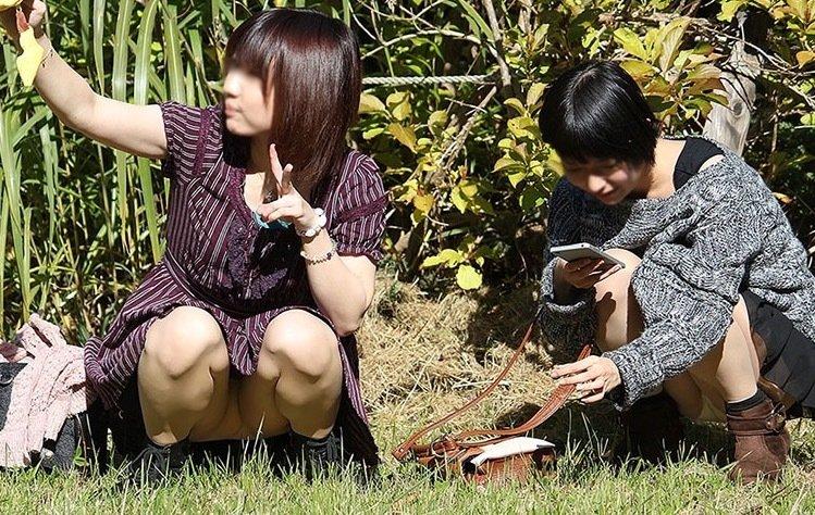 公園でパンチラしまくる素人女子 (12)