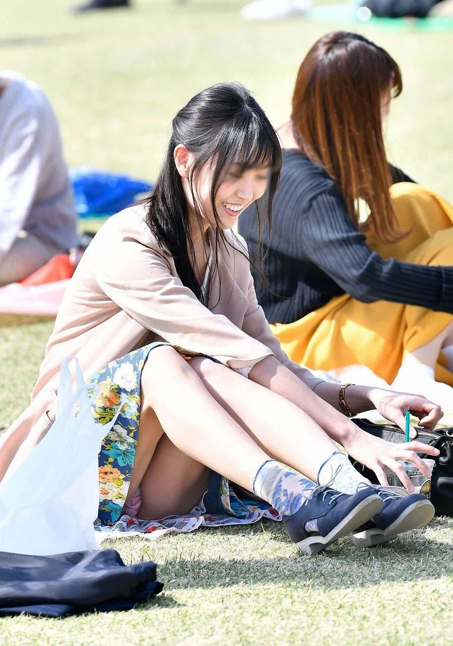 公園でパンチラしまくる素人女子 (20)