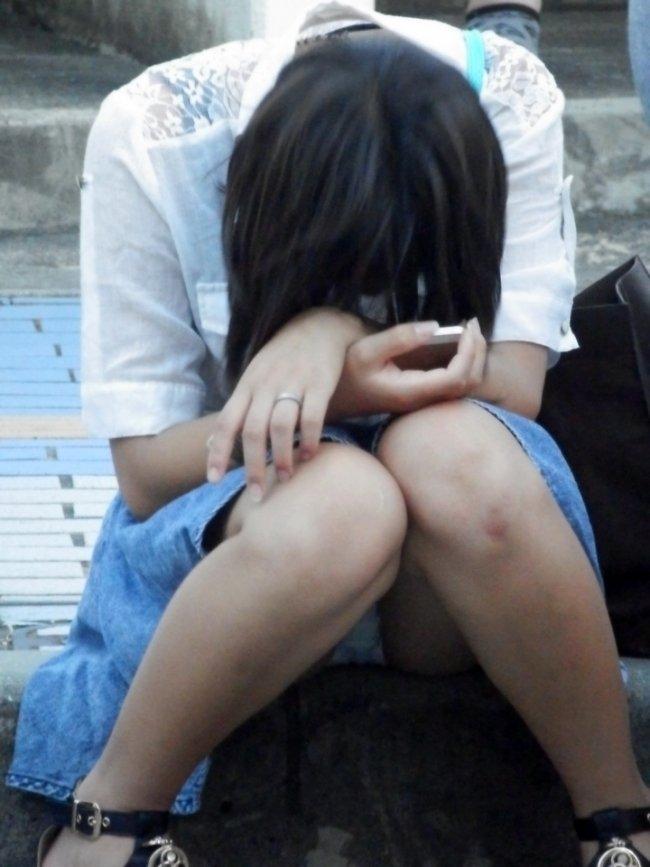 豪快に座りパンチラしてる素人女子 (4)