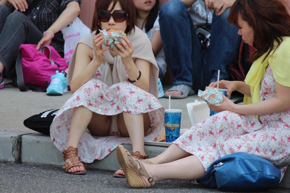 豪快に座りパンチラしてる素人女子 (10)