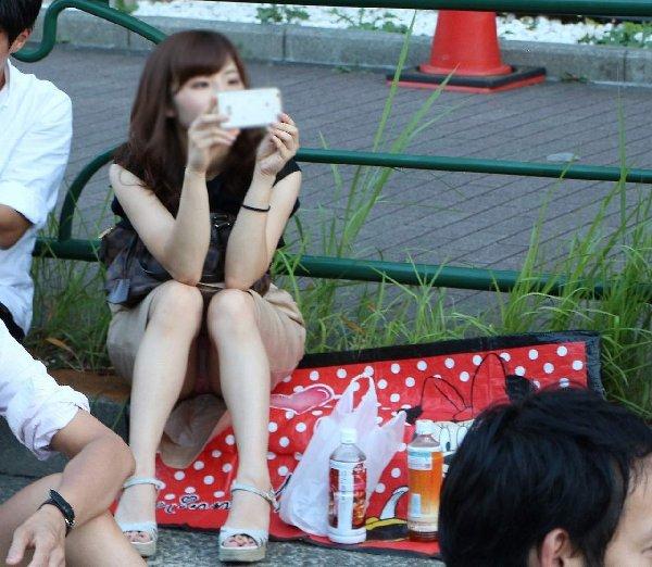 豪快に座りパンチラしてる素人女子 (9)