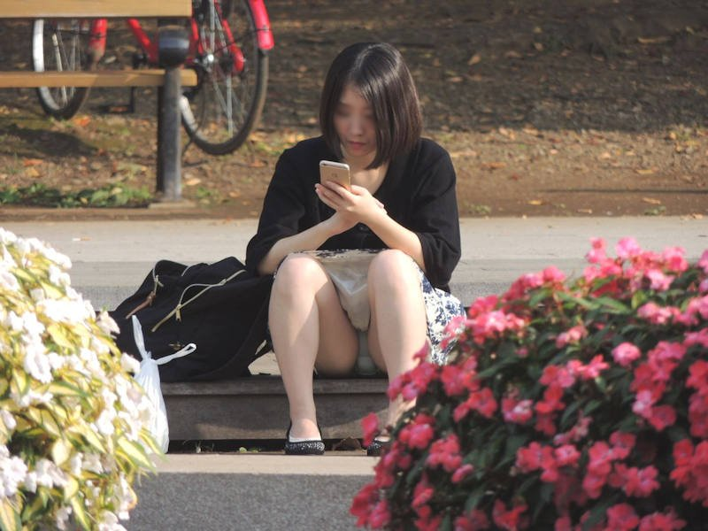 豪快に座りパンチラしてる素人女子 (18)
