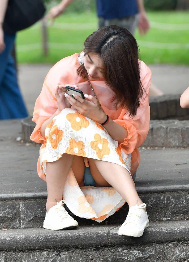 豪快に座りパンチラしてる素人女子 (2)