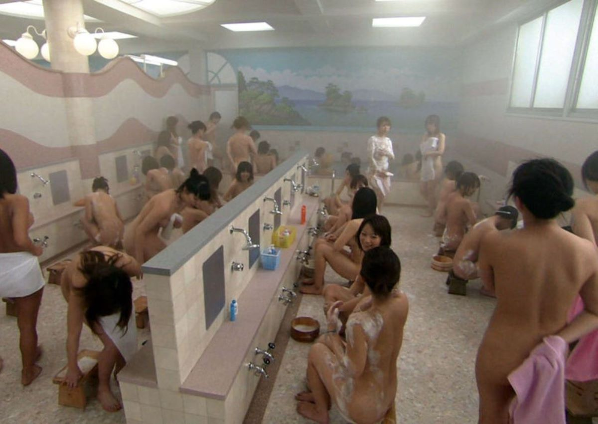 銭湯の女湯で横一列でシャワーを浴びる (20)