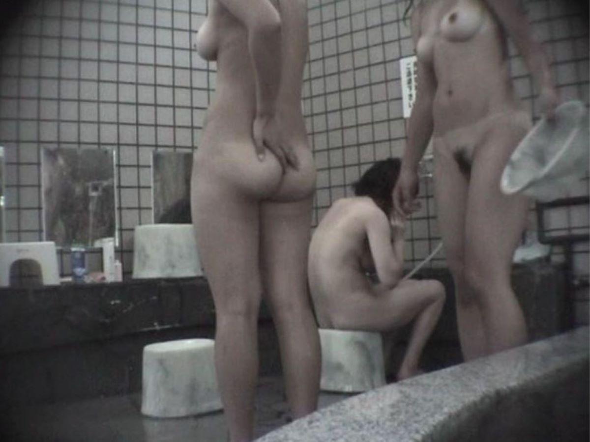 銭湯の女湯で横一列でシャワーを浴びる (17)