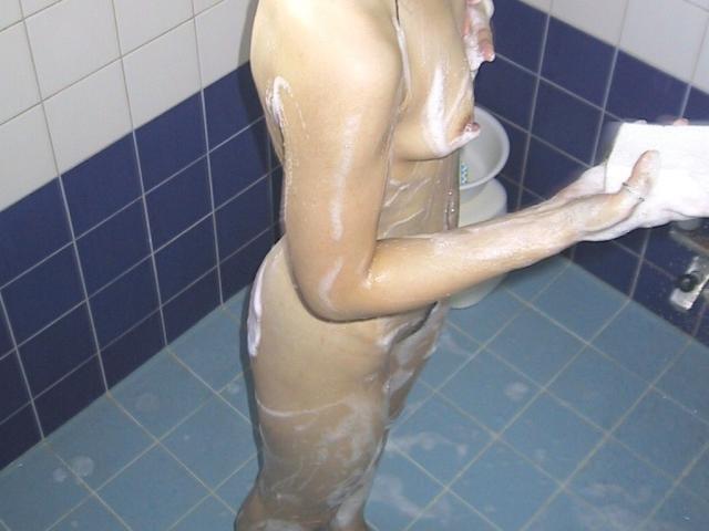 自宅で風呂に入ってる素っ裸の素人女子 (14)