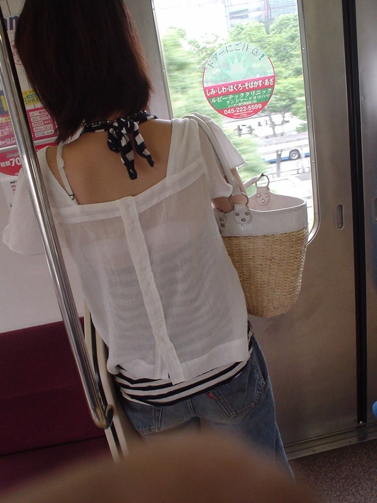 ブラ紐が丸出しの素人女子 (2)