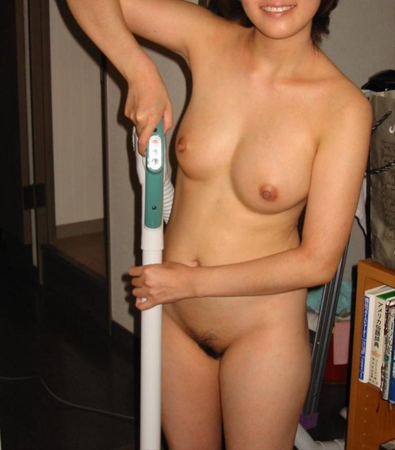 家庭内で撮られた素人女性の全裸姿 (20)