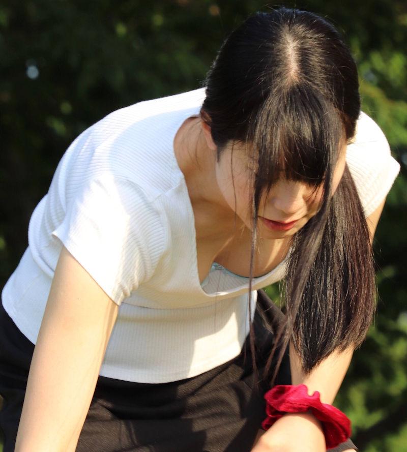 巨乳女性の谷間や乳首が見えてる胸チラ (4)