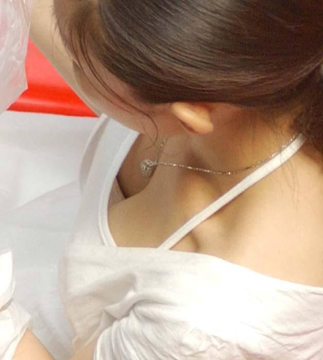 巨乳女性の谷間や乳首が見えてる胸チラ (9)