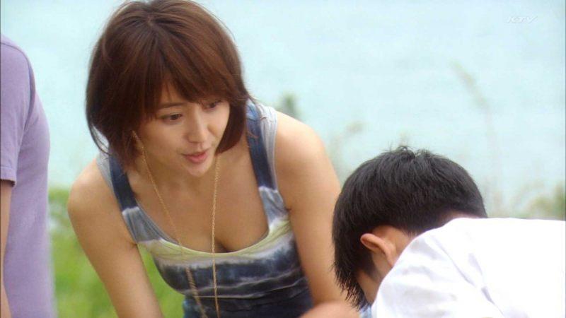 可愛い芸能人の胸チラをキャプチャ (2)