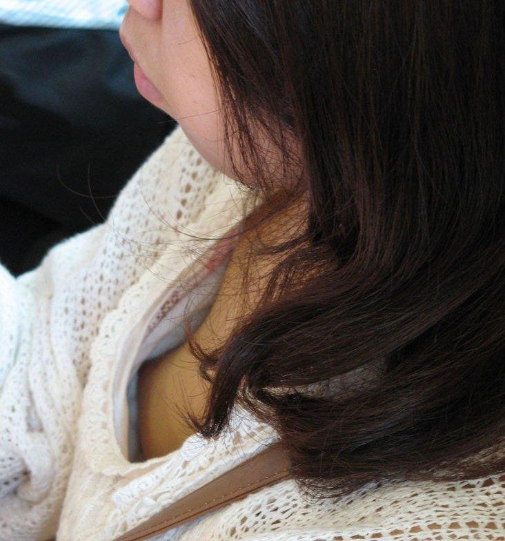 おっぱいが全部見えてる乳首チラ (13)