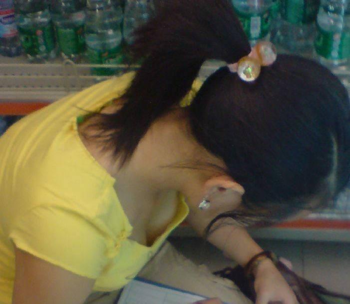 前屈みで見えた素人女子の胸チラ (17)