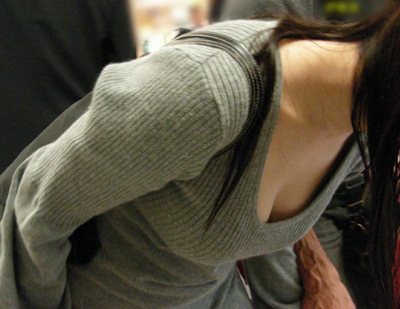 前屈みで見えた素人女子の胸チラ (16)