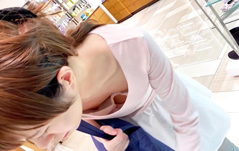 前屈みで見えた素人女子の胸チラ (4)