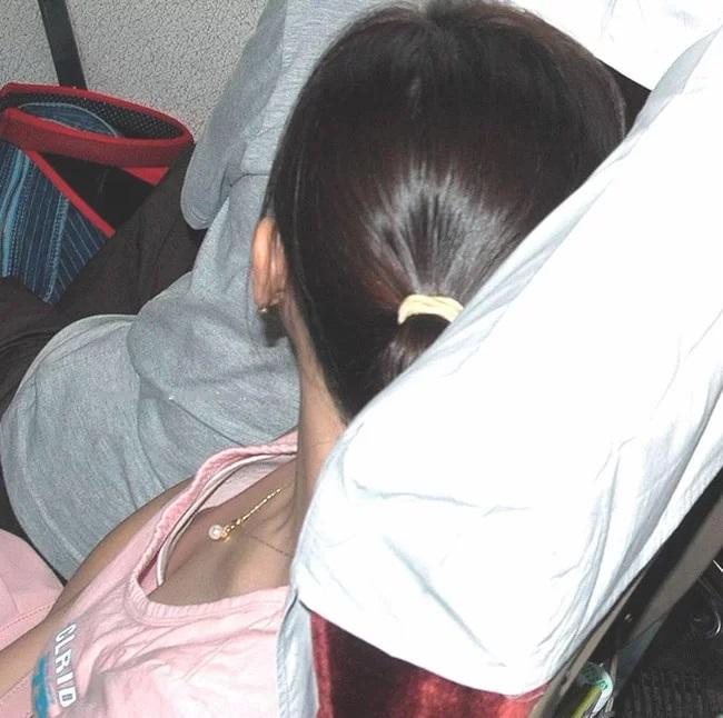 貧乳女性の乳首チラ (6)
