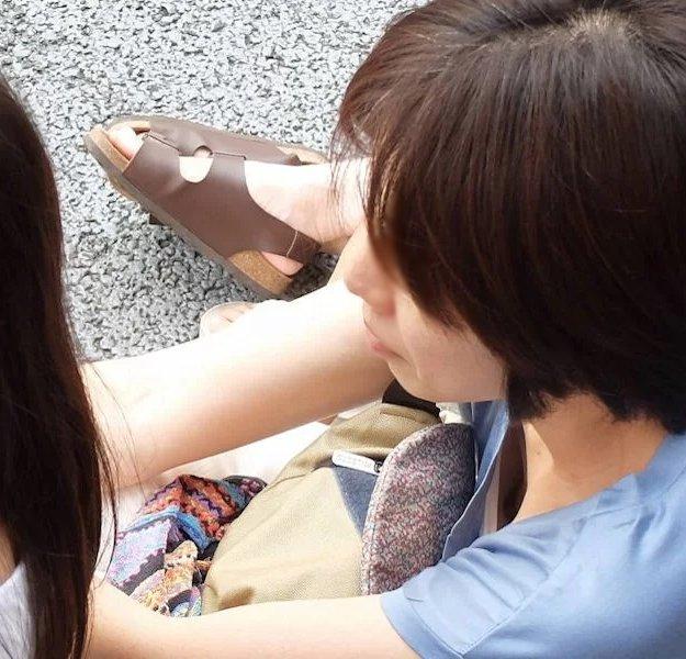 貧乳女性の乳首チラ (14)