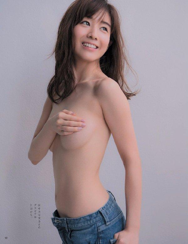 手や腕で乳首を隠す芸能人のセミヌード (11)