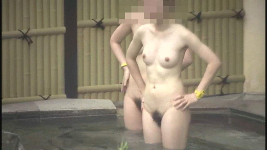 昼間から温泉に入る素っ裸の素人女子 (14)
