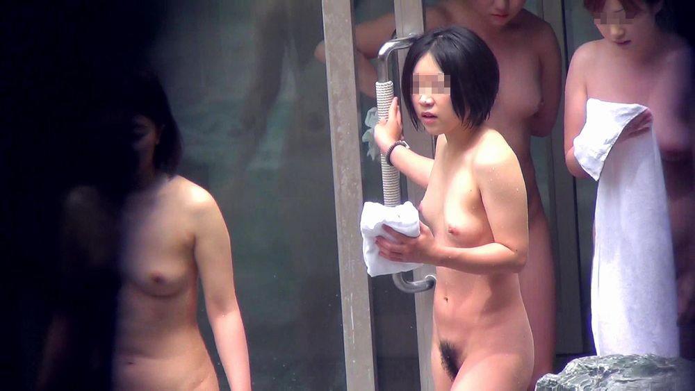 昼間から温泉に入る素っ裸の素人女子 (15)