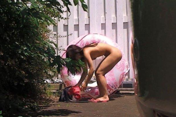 野外で着替えようと裸になってる素人女子 (4)