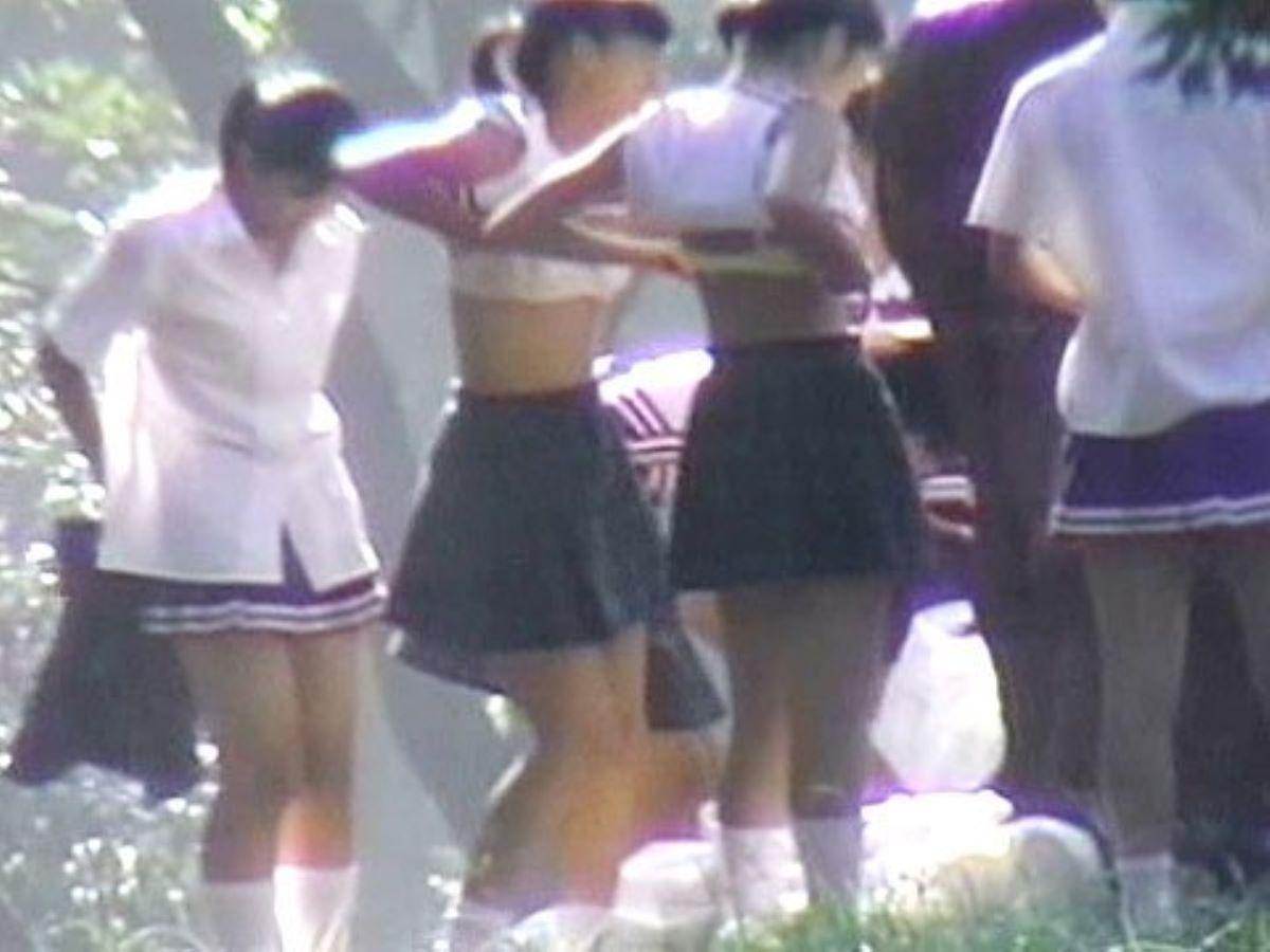 野外で着替えようと裸になってる素人女子 (6)