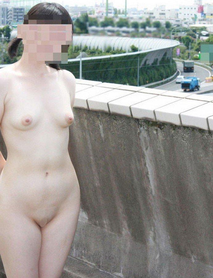 昼間に野外で全裸になる素人女子 (4)
