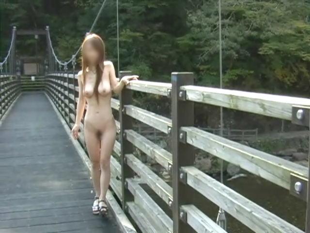 昼間に野外で全裸になる素人女子 (18)