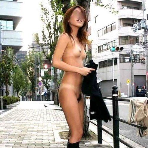 昼間に野外で全裸になる素人女子 (1)