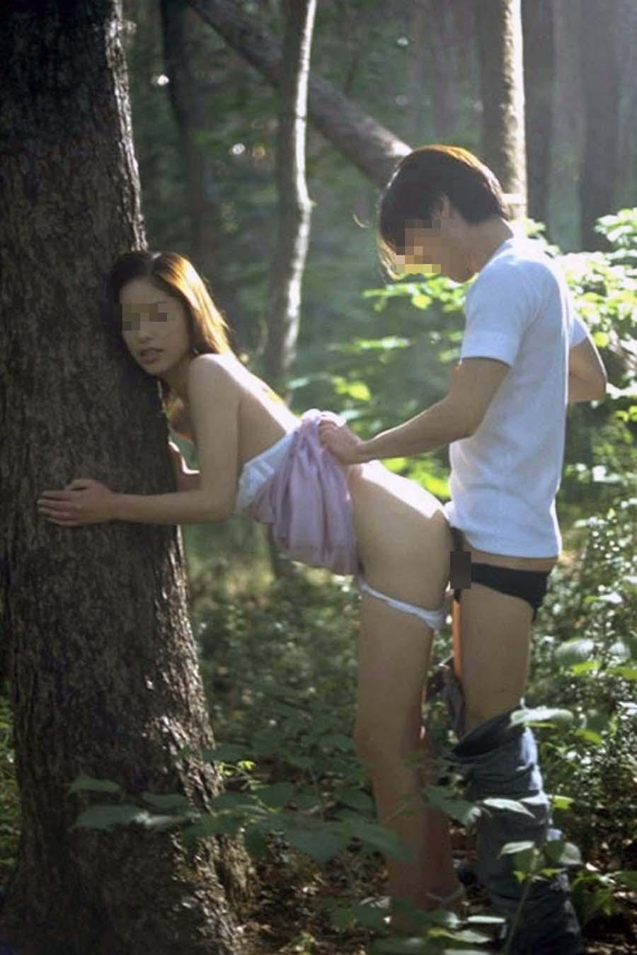 野外でセックスに夢中の素人女性 (4)