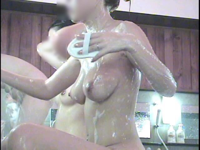 銭湯の女湯で体を洗う素人女子 (8)
