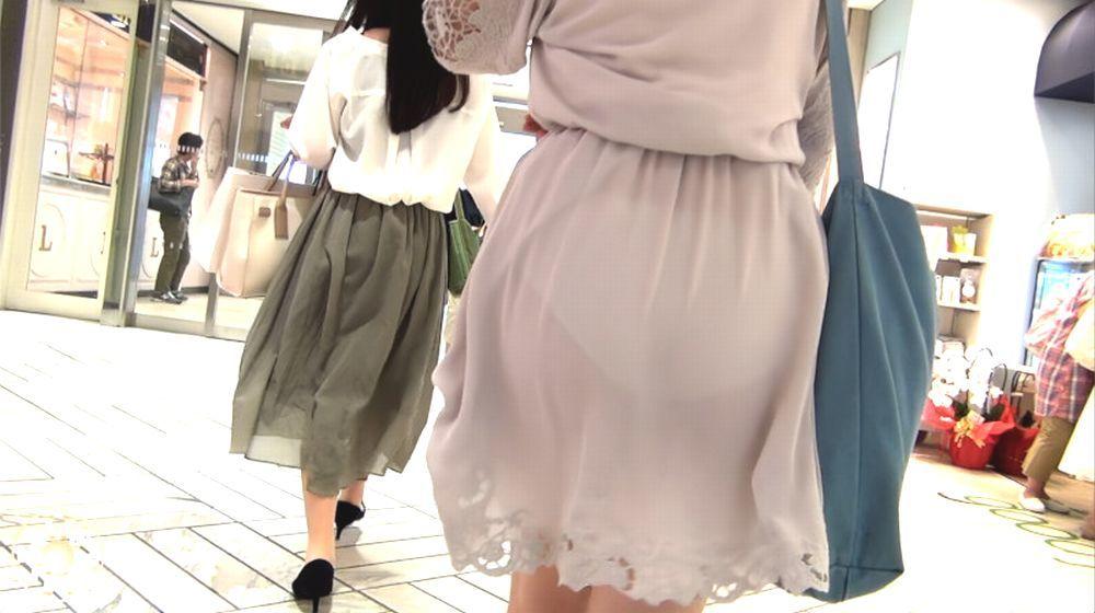 スカートからパンツが透けてる (7)
