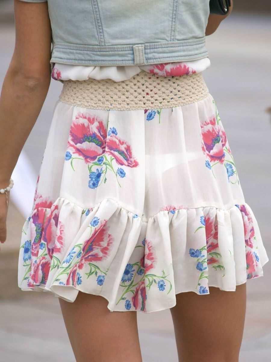 スカートからパンツが透けてる (18)