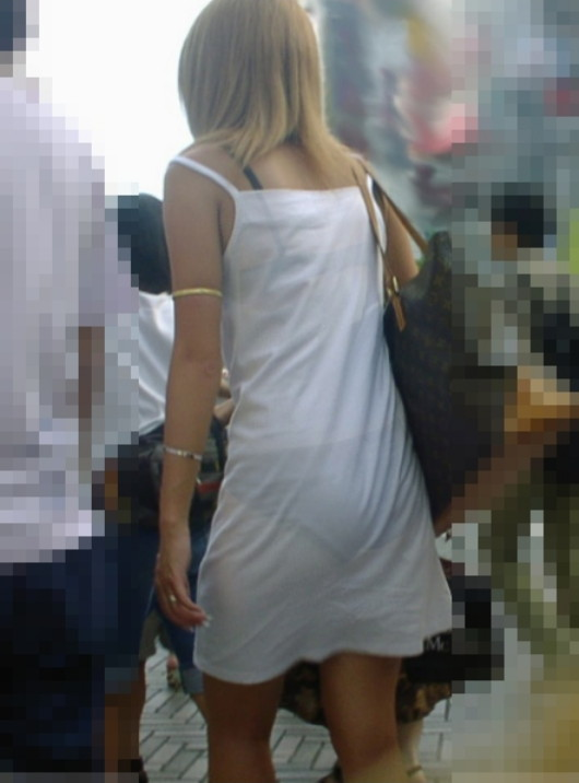 スカートからパンツが透けてる (8)