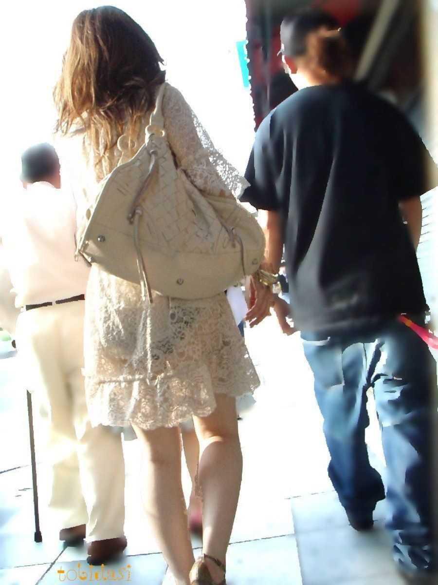 スカートからパンツが透けてる (19)