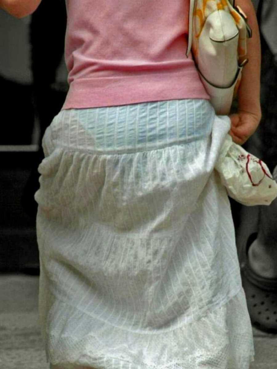 スカートからパンツが透けてる (9)