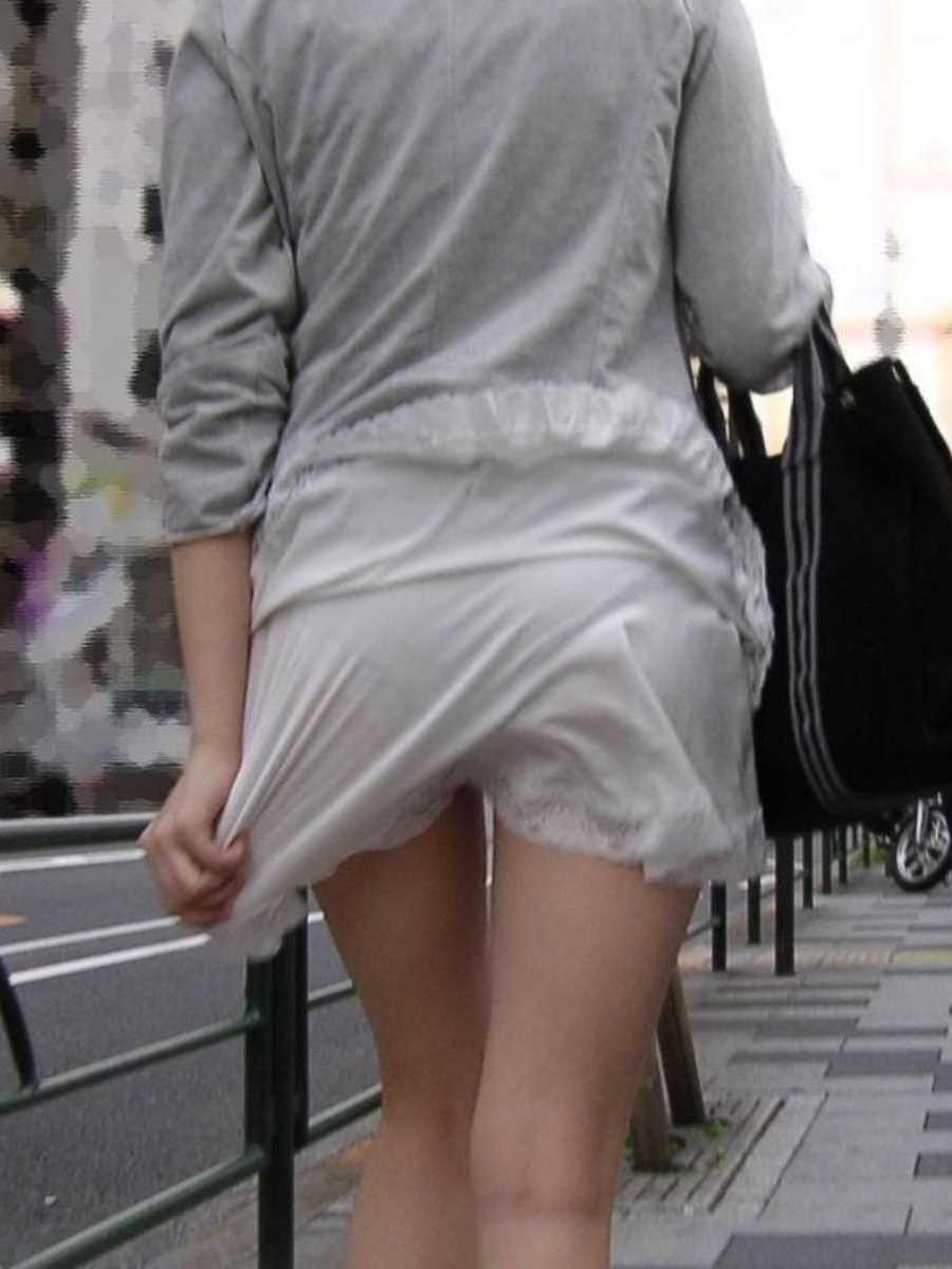 スカートからパンツが透けてる (3)