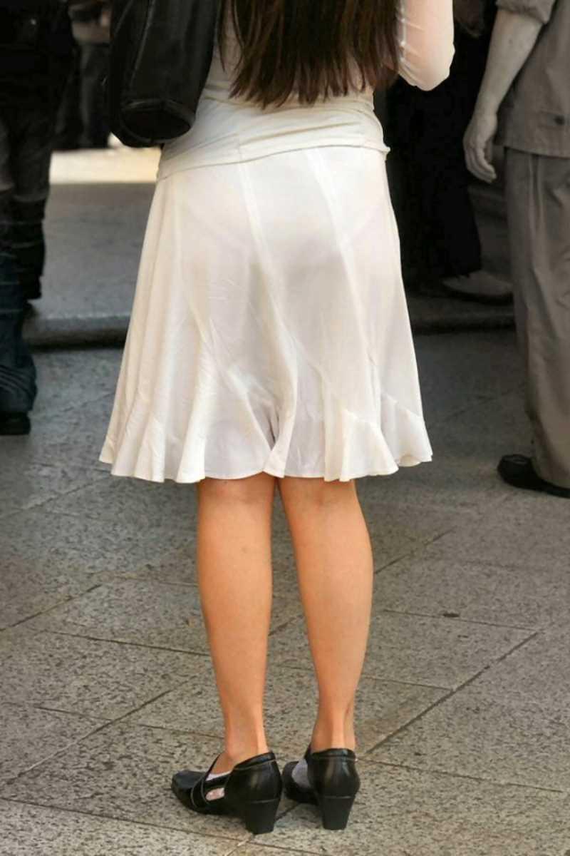 スカートからパンツが透けてる (15)