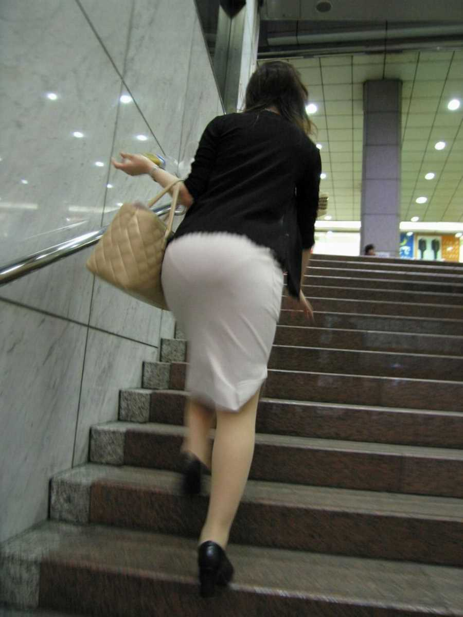 スカートからパンツが透けてる (14)