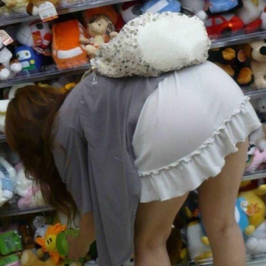 スカートからパンツが透けてる (1)