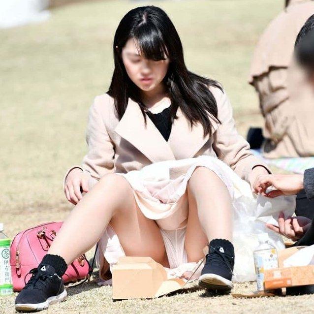 三角座りでパンチラしてる素人女子 (1)