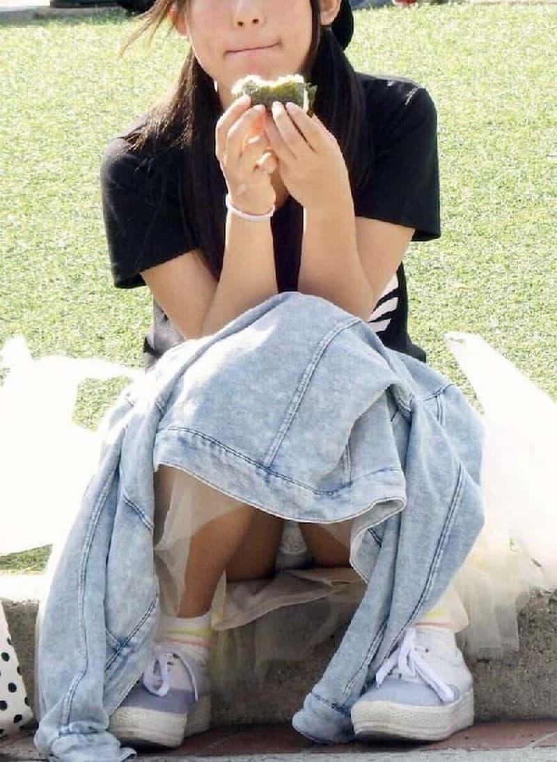 三角座りでパンチラしてる素人女子 (14)