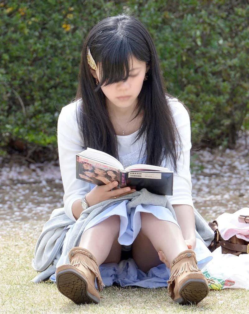 三角座りでパンチラしてる素人女子 (19)