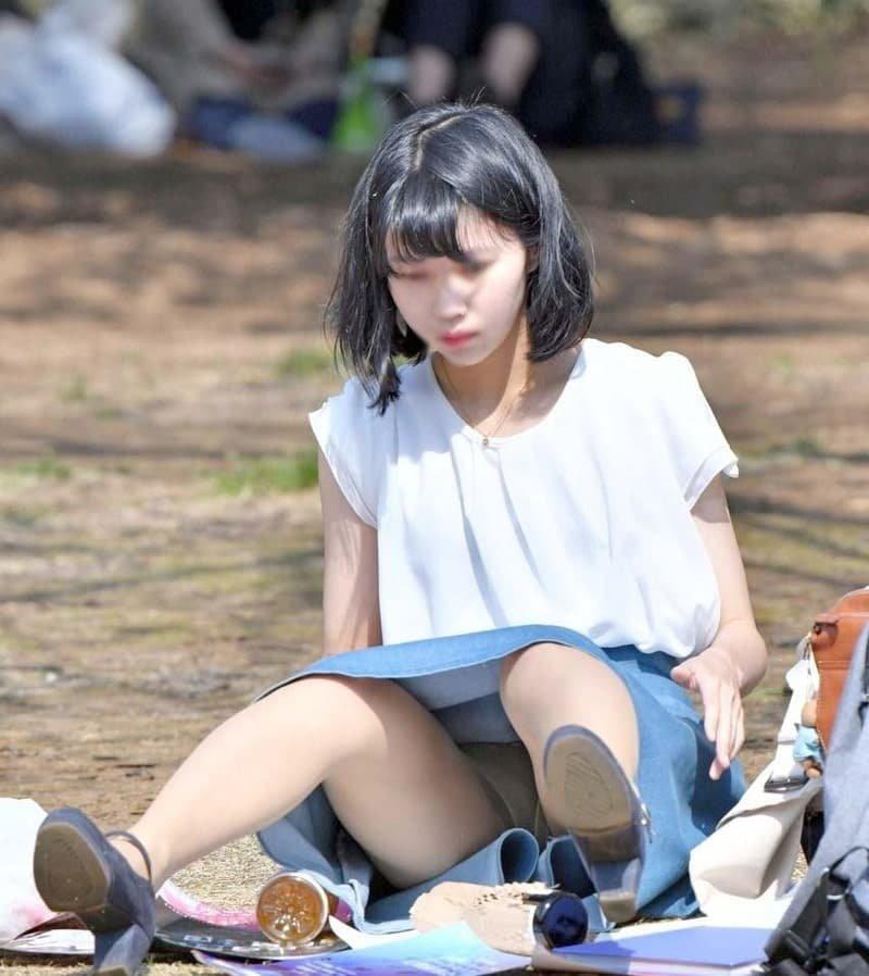 三角座りでパンチラしてる素人女子 (20)